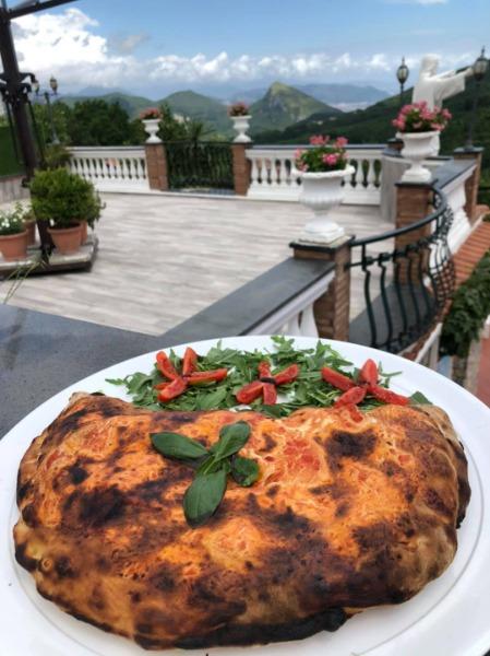 Max Calzone Ripieno #ristorantemaximum #eventi #pizza# fornoalegna #calzoneripieno