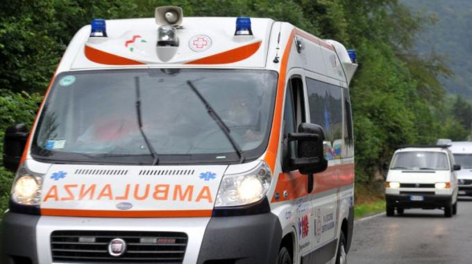 Incidente d'auto:  uomo finisce in ospedale