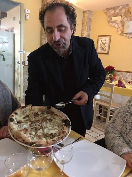 Pizza con funghi porcini,castagne,pancetta e mozzarella