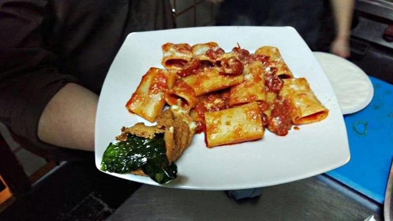 Paccheri allo scarpariello con cialda di formaggio e basilico croccante