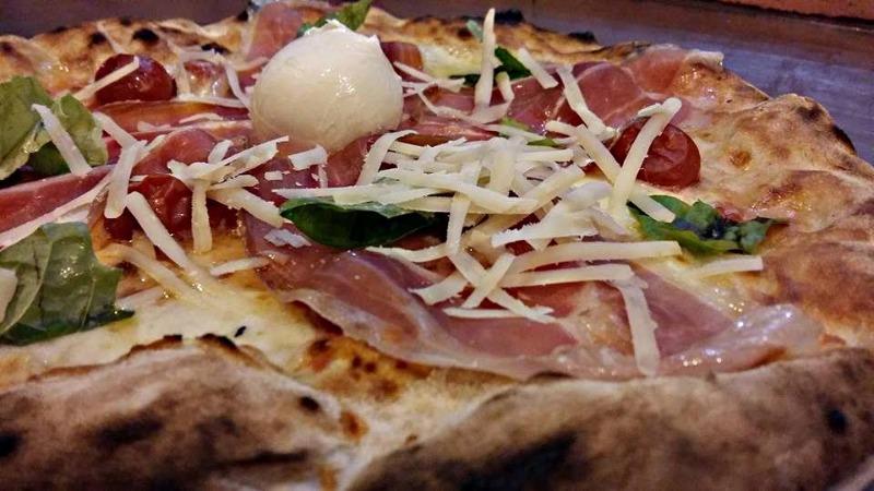 Pizza con Crudo Scaglie Bocconcino e Basilico