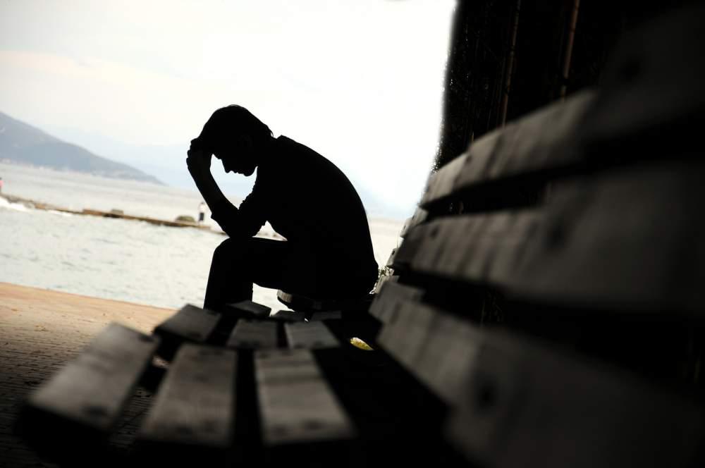 Uomo tenta il suicidio dopo essere stato lasciato dalla moglie: salvato da un amico