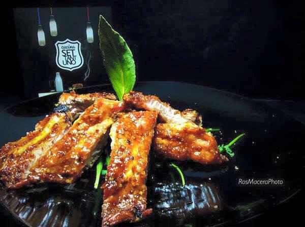 Ribs laccate in salsa BBQ e mostarda