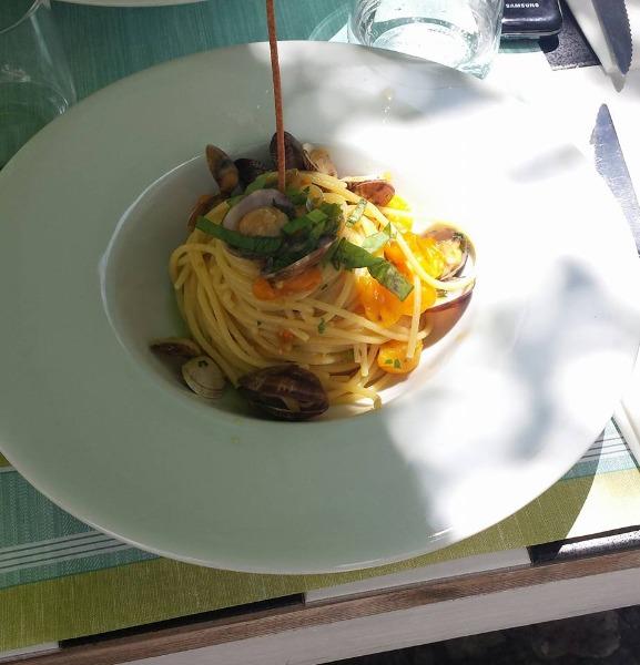 Spaghetti fiori di zucca, vongole e pomodorini gialli