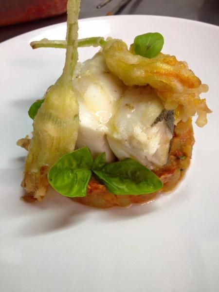 Trancio di Baccalà arrostito con zucchetta bianca, datterini e fiori di zucca in tempura