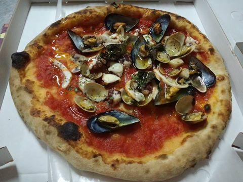 Pizza pescatora, con frutti di mare freschi