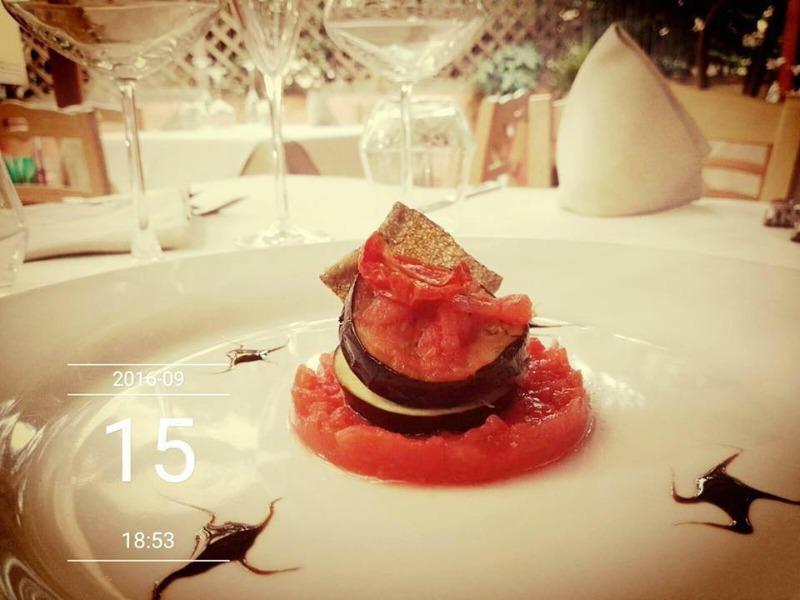 Parmigianina di melanzane con chips di baccalà e chatney di pomodoro
