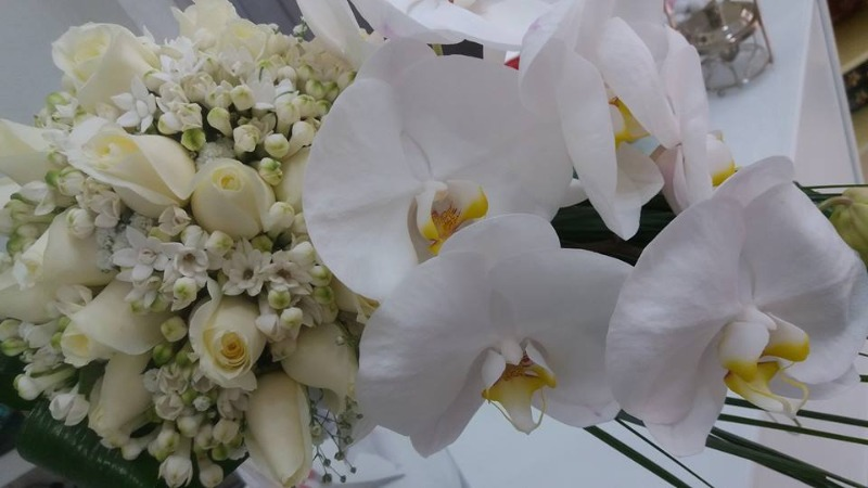 Bouquet Sposa Pendente Rose e Phalaenopsis Bianchi