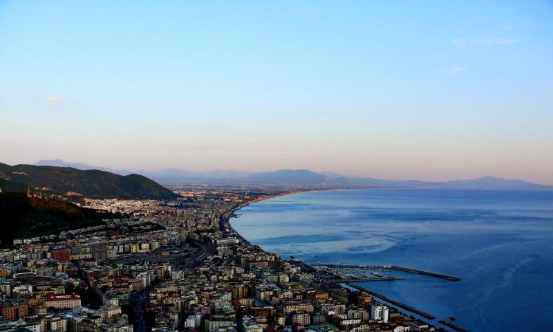 Salerno: uomo nudo in piazza San Francesco