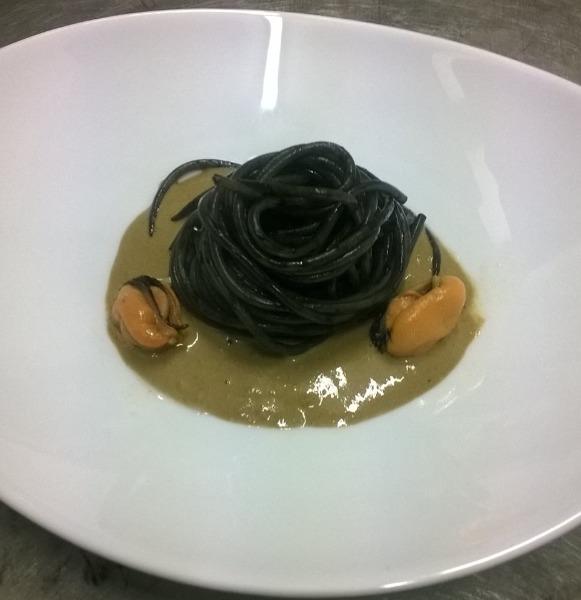 Spaghetti al nero di seppia su crema di cozze