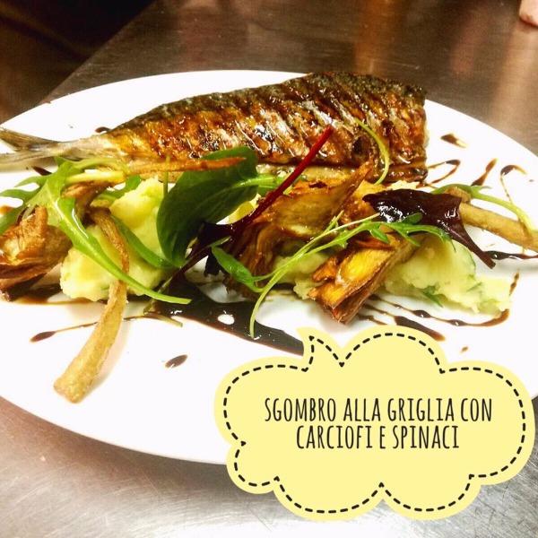 Sgombro alla griglia con carciofi e spinaci