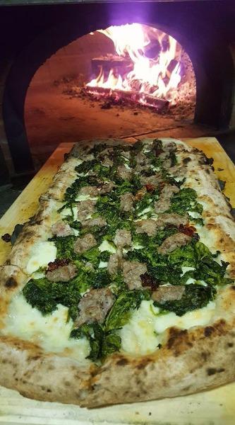 Pizza con Friarielli, salsicca e Nduja calabrese