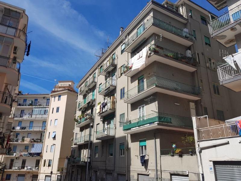 Vendesi Salerno zona Carmine appartamento di ampia metratura €285.000