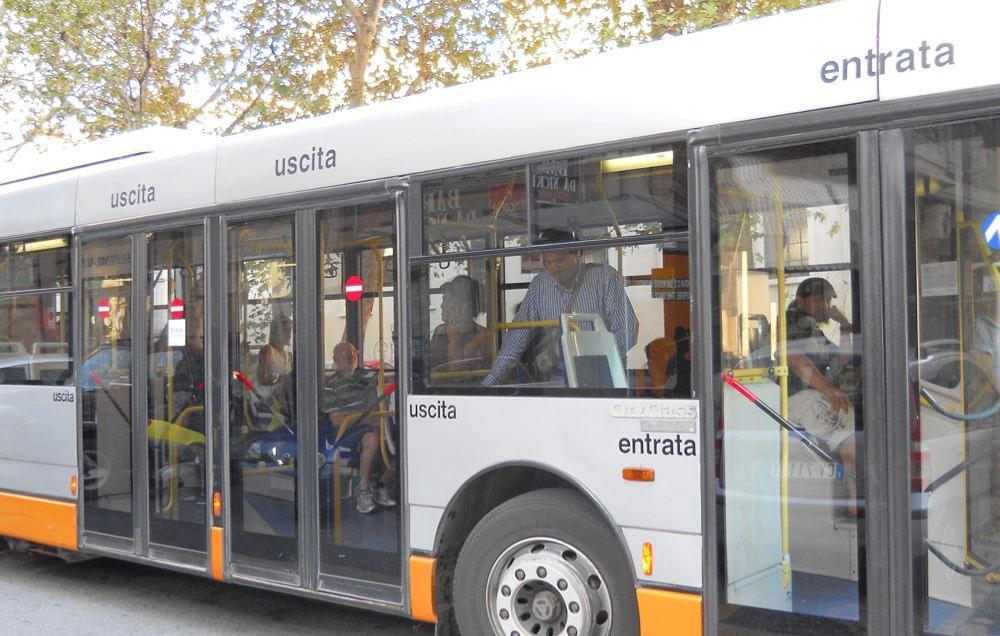 Salerno, scende dal bus e cade. Ferita un'anziana