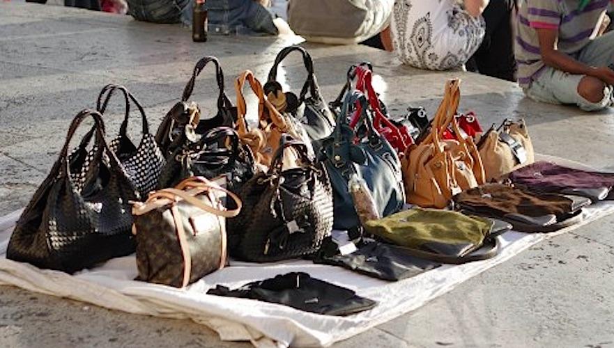 Venditori abusivi a Salerno: sanzionate 22 persone