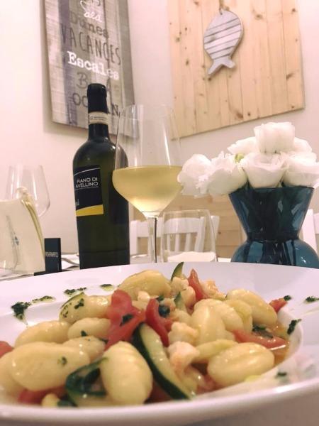 Gnocchi con zucchine piennolo del Vesuvio e pesto... il tuo accompagnato da un buon vino