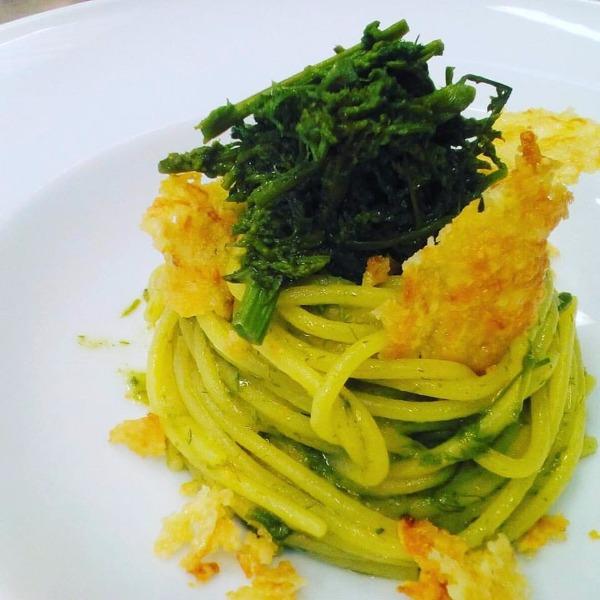 Spaghetti di Gragnano con Asparago selvatico e cialde di provolone del Monaco dei Monti Lattari