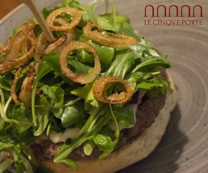 Hamburger secondo Aniello, con zoccolo di pane grigliato, formaggio Cremosello fuso, insalata gentilina e anelli fritti di cipolla ramata di Montoro