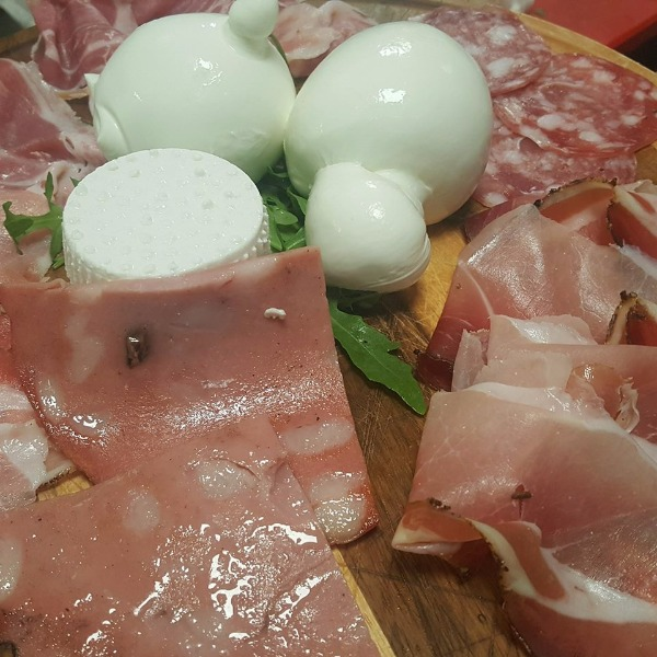 Affettati di Parma, mortadella alla piastra, burrata, zizzella e ricottina di nostra produzione