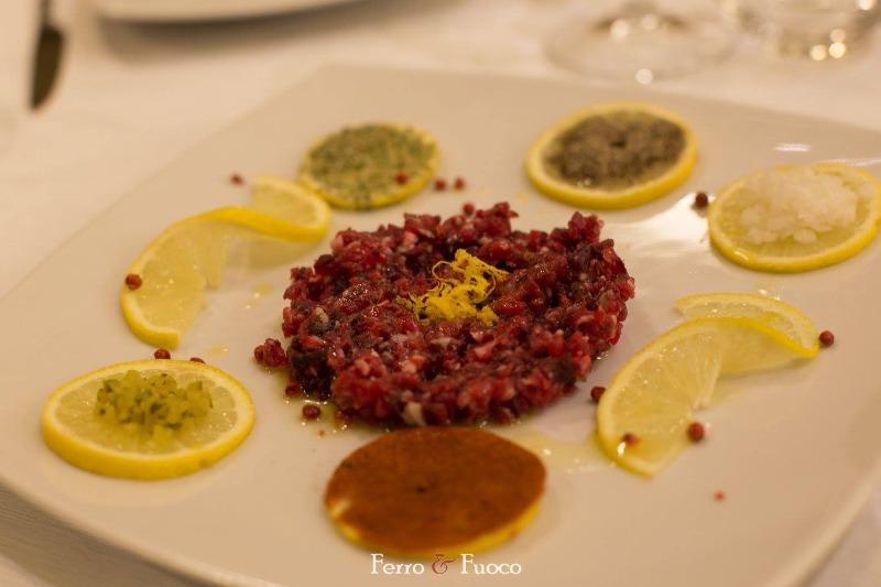 Tartara di Black Angus con:  Salsa Agrumata Rondelle di Limone Speziato e Vari Intingoli
