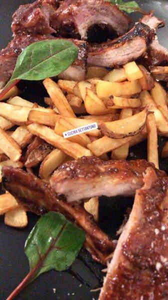 Ribs laccate in salsa BBQ e mostarda con patate fritte rustiche
