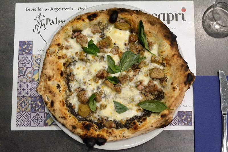 Il segreto della pizza è un segreto. Si basa su acqua, farina, impasto, pomodoro e forno a legna!