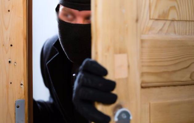 Cava de' Tirreni: ladri rapinano appartamento con i proprietari in casa