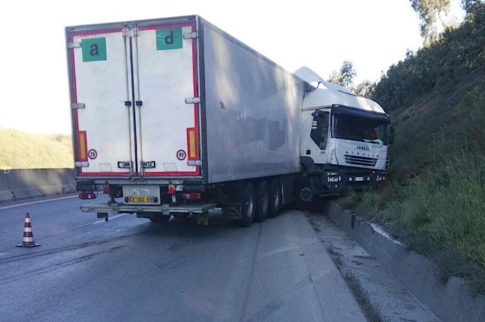 Tir di traverso sul raccordo Salerno Avellino. Traffico in tilt in direzione Salerno