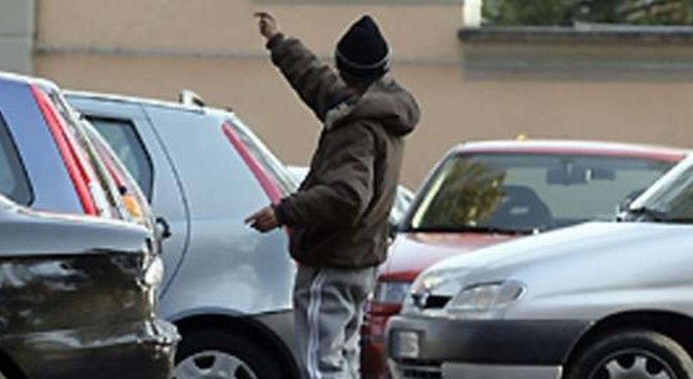 Salerno, denunce e sanzioni per i tanti parcheggiatori abusivi
