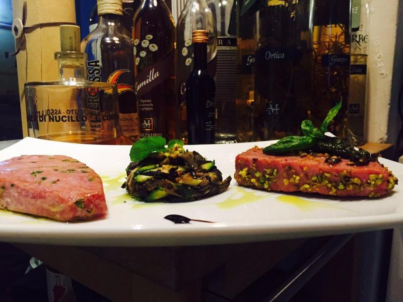 Filetto di tonno scottato con olio extravergine d'oliva timo lime tonno scottato al sentore di pistacchio di bronte