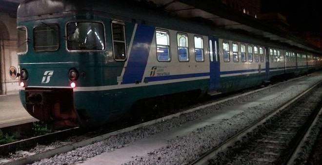 Sassi contro un treno a Nocera. Bloccati tre minori