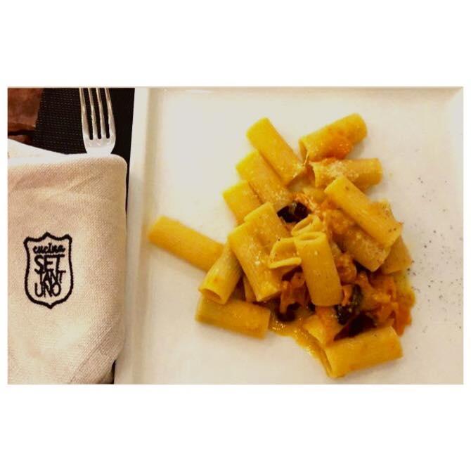 Rigatone con Datterino Giallo, Olive e Pecorino