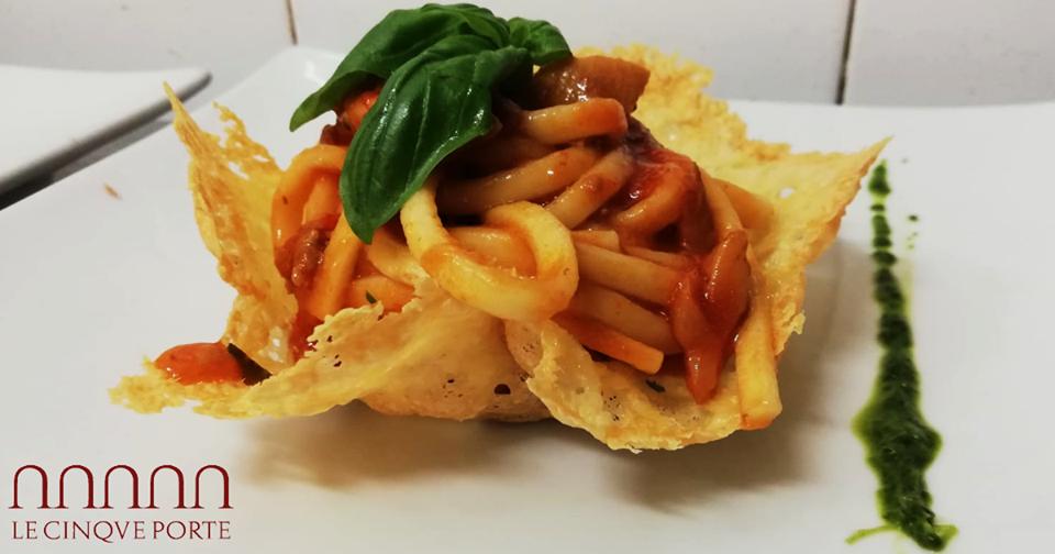 Scialatielli salsiccia e porcini in cialda di Parmigiano Reggiano