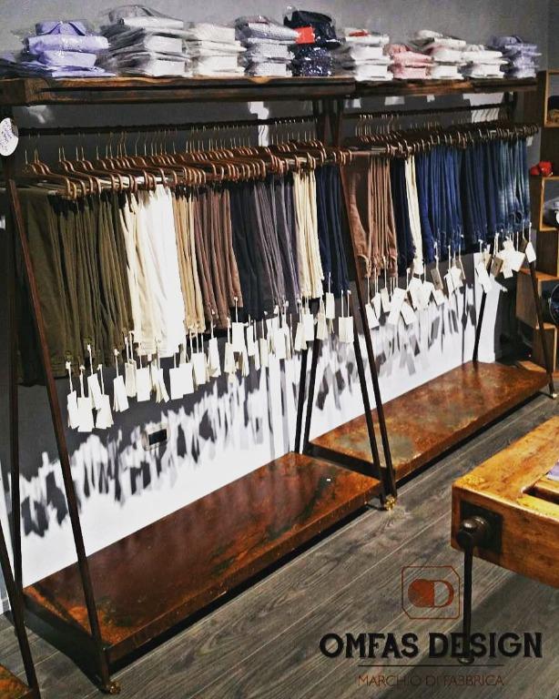 Appendi abiti su misura in corten con mensole superiori in legno