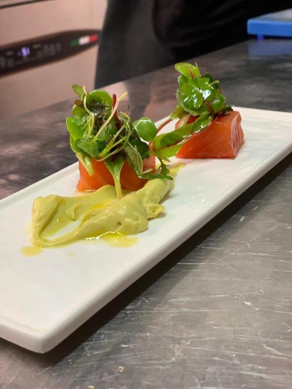 Cubo di salmone marinato con crema di avocado e coriandolo