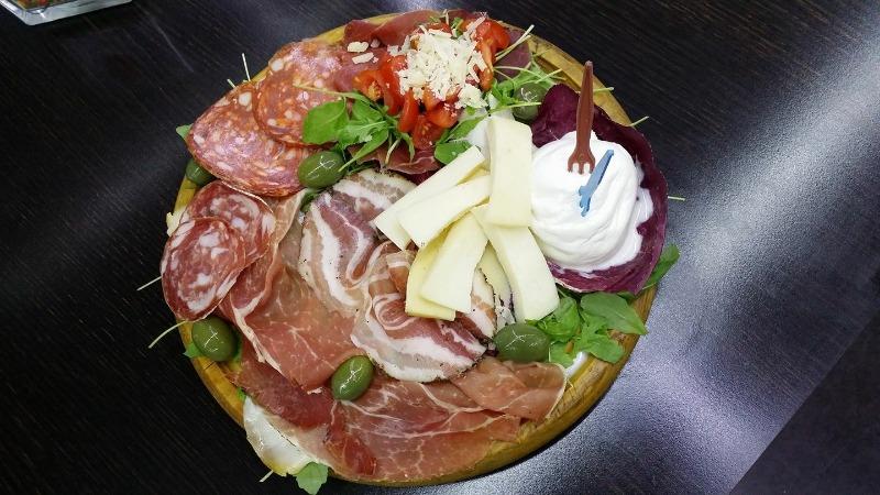 Tagliere di salumi e formaggi nostrani... un bel calice di vino??? Un bel modo per iniziare la serata!