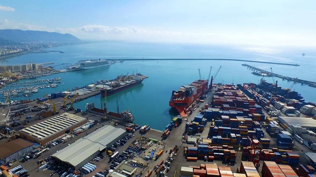 Esercito e carri armati al porto di Salerno: si tratta di un rientro dall'estero