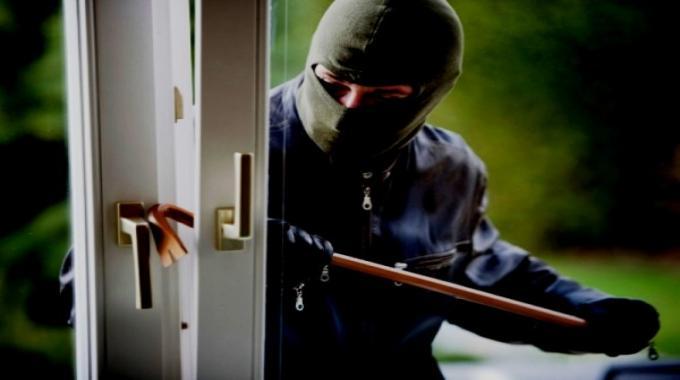 Cava de' Tirreni: ladri svaligiano casa e svuotano anche il frigorifero