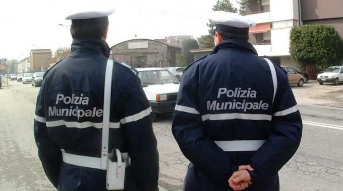 Salerno: feriti tre vigili urbani