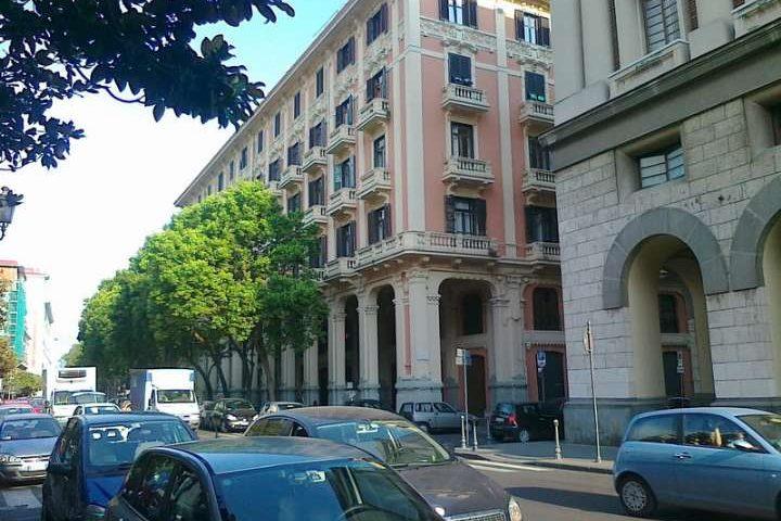 Salerno: l'ira dei residenti per i rifiuti abbandonati nei giardini di via Roma