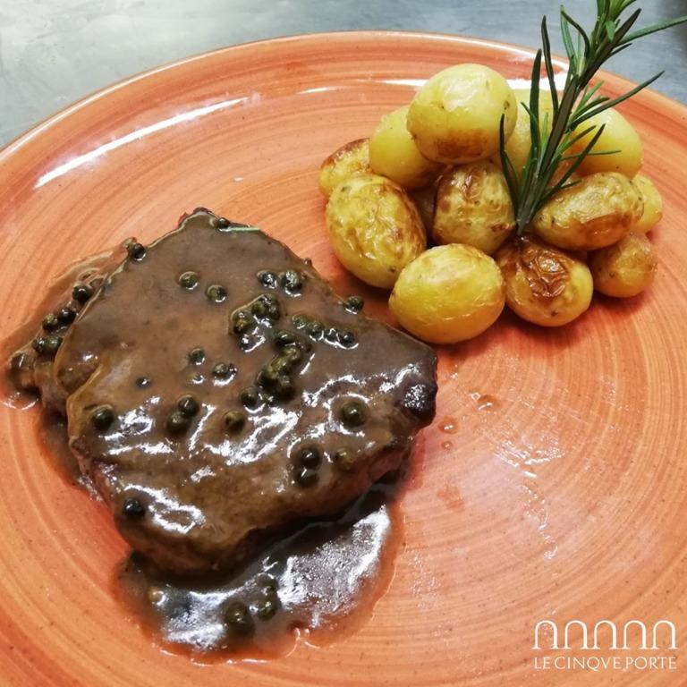 Filetto di manzo al pepe verde con patate novelle al rosmarino