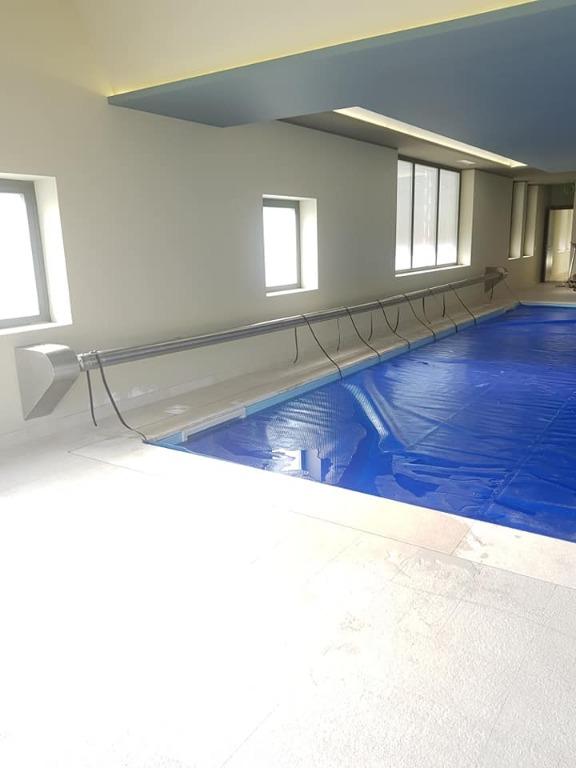 Avvolgitelo automatizzato per copertura piscina interna