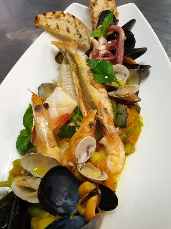 Zuppetta bianca con frutti di mare, cocci, gamberi, calamari e fiori di zucca