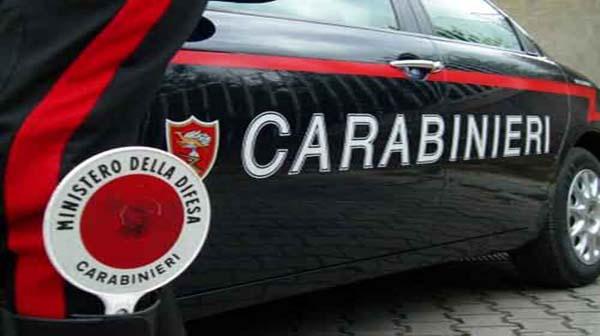 Bambino nudo fuori al balcone, arrivano i Carabinieri