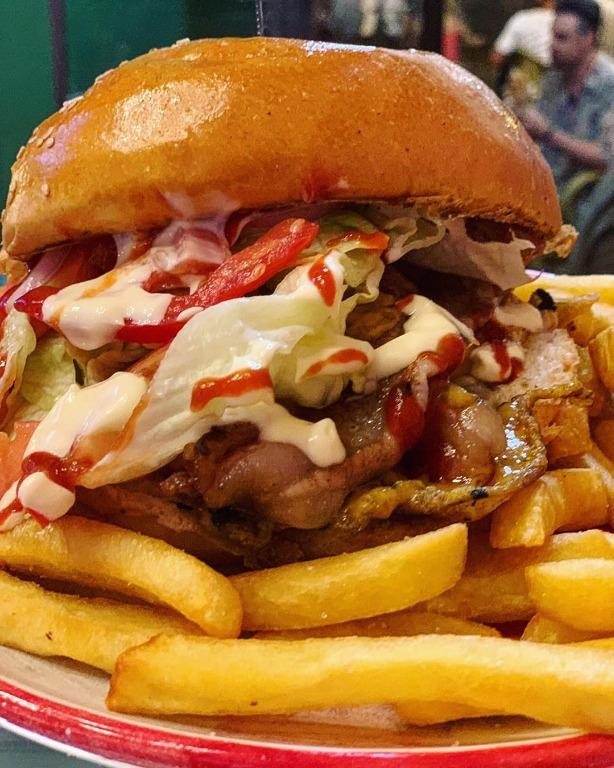 Classico panino #bun con sesamo, doppio hamburger ripieno di #cheddar , #bacon croccante, cipolla, pomodori, insalata, philadelphia, #mayo , Salsa #barbecue e contorno di #patatine fritte
