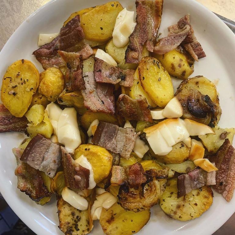 Letto di #patate arraganate, cosparso di #bacon croccante e scamorza sciolta
