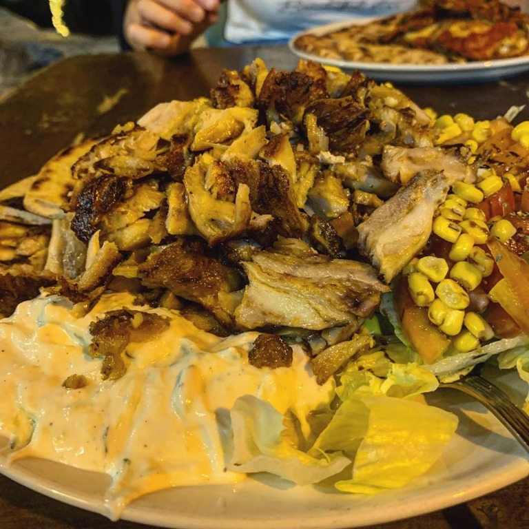 Piatto con carne #kebab , #patatine fritte, insalata, pomodori, mais, salsa #tzatziki , salsa #piccante