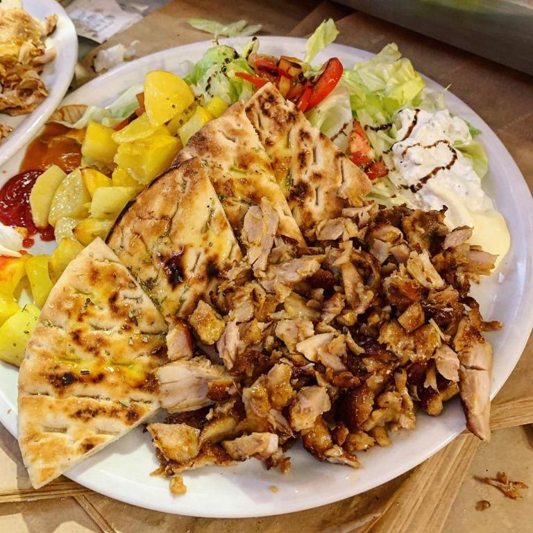 Piatto con carne #kebab, insalata, mais, #patate al forno, pomodori, #pita tagliata in 4 condita con olio, sale e origano, ketchup, #mayo , salsa #tzatziki