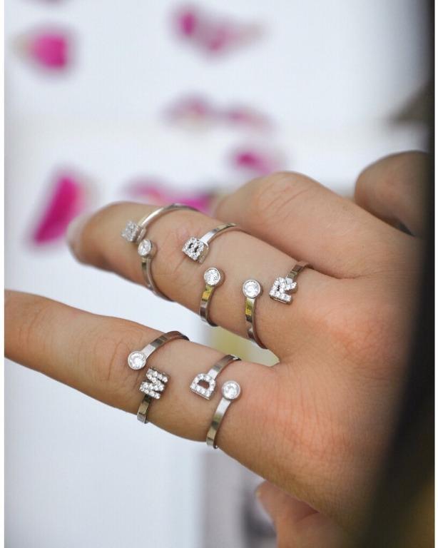 I nostri anelli a bacio in argento 925 e personalizzabili con una micro iniziale