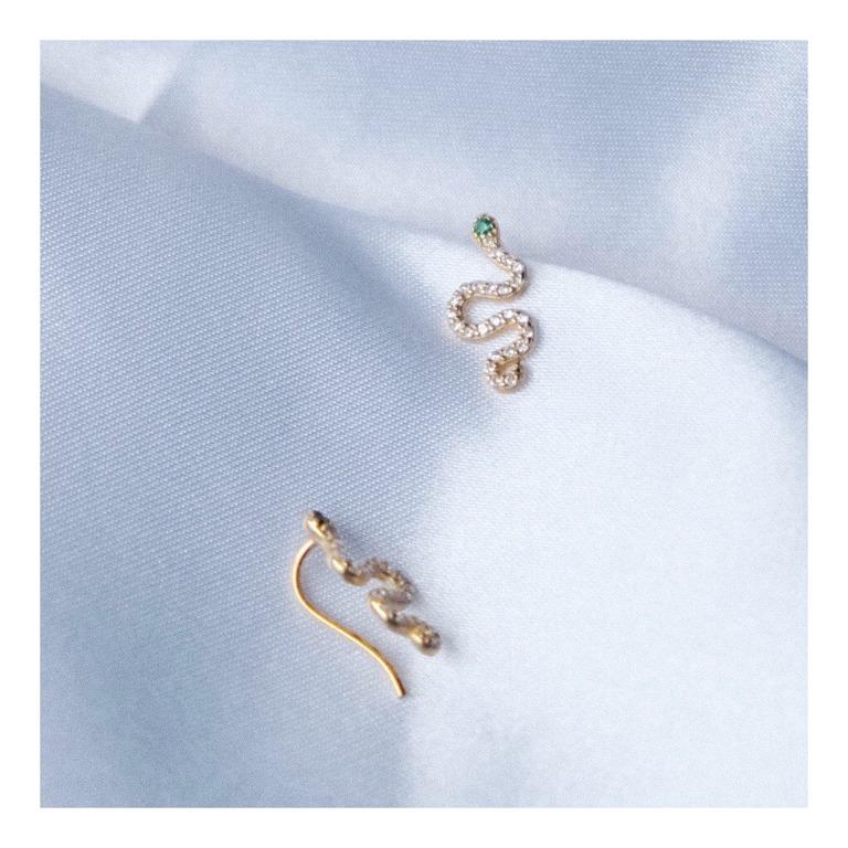 orecchino a forma di serpente in argento 925 con bagno in oro giallo, pavè di pietre bianche e pietra verde